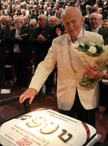 Sir David as many TRBC Members will remember him: with his 90th-birthday cake at Messiah from Scratch in 2009.